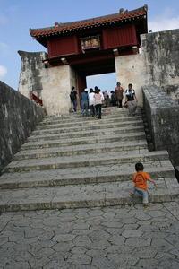 無心に階段を登る睦喜